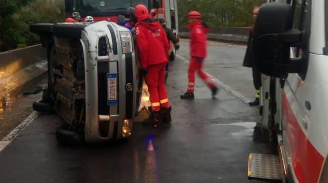 incidente via bayer camerlata, auto pensionato di ribalta in strada soccorsa pompieri