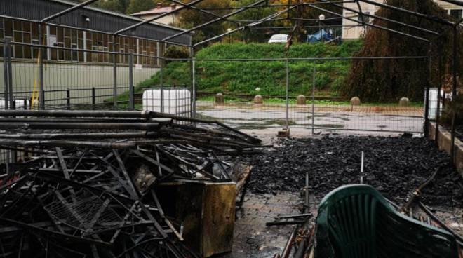 Le fiamme devastano il capannone delle feste della Pro Loco Albavilla