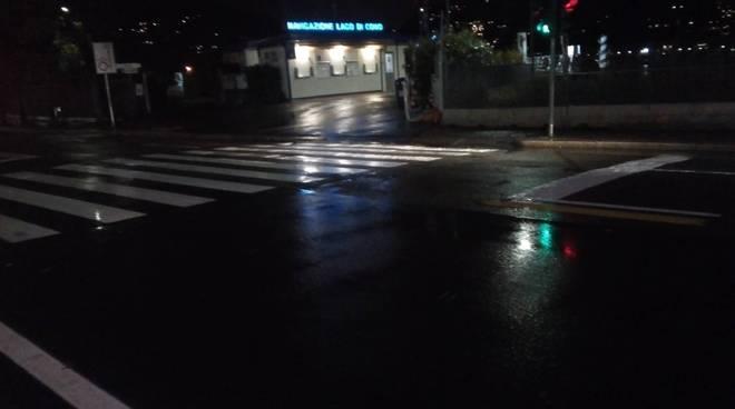 lungolago di como con pioggia serale per rischio esondazione