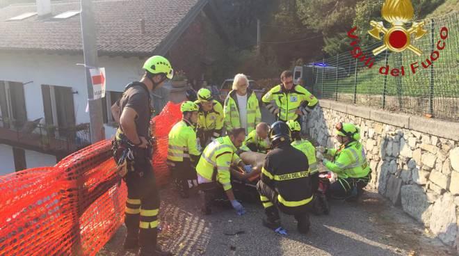 motociclista fuori strada ad asso, volo nella scarpata soccorsi dei pompieri