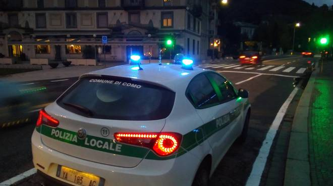 polizia locale como auto sul lungolago lampeggianti