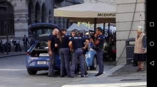 polizia portici plinio rapina ragazzi baby-gang agenti in piedi fuori auto