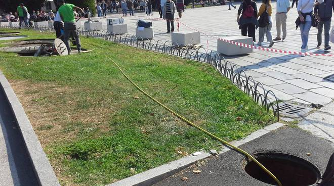 sistemazione fontane aiuole piazza cavour a como per arrivo giro lombardia