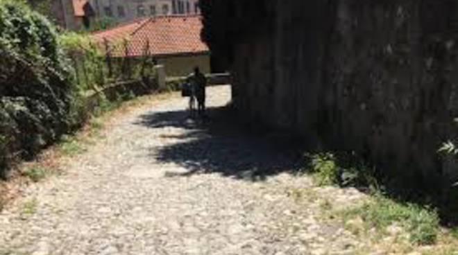 via santa brigida camerlata giovane rapinato in strada da due stranieri