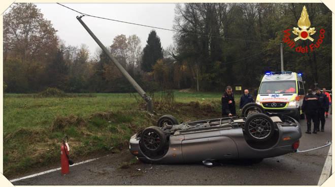 casnate con bernate auto ribaltata in strada soccorso pompieri