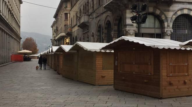 città dei balocchi di como, allestimento casette e pista del ghiaccio in piazza cavour