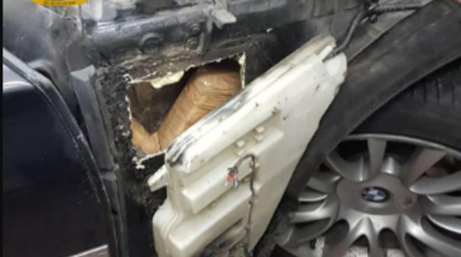 dogana brogeda sequestro 3 chili di cocaina su auto corriere droga