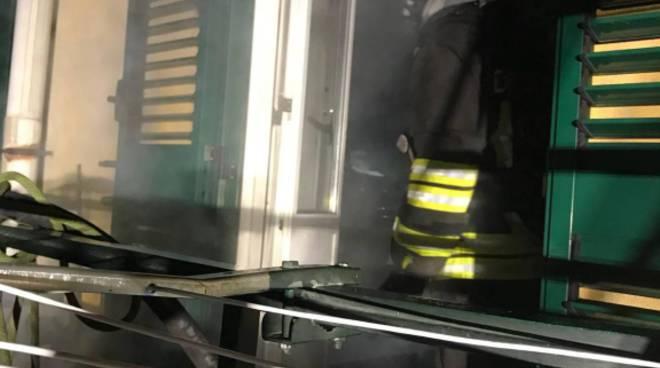 incendio cucina in un appartamento di via scalabrini a camerlata