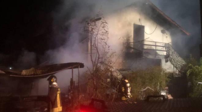 incendio sorico ristorante la puntina, immagini fuoco incendio devastazione
