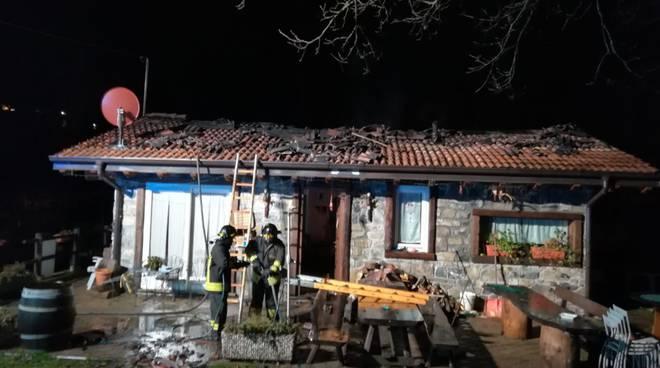 incendio tetto agriturismo al casel lanzo intelvi pompieri in azione