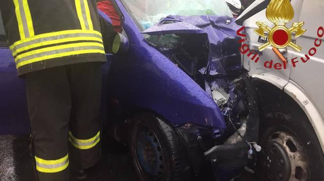 incidente cremia su regina auto e furgone soccorsi