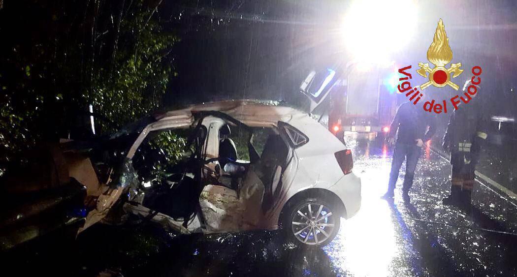 incidente grandola ed uniti, auto fuori strada nella notte