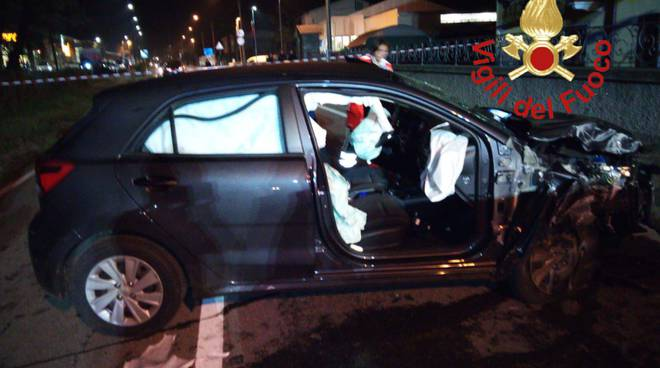 incidente porlezza, auto fuori strada ferita donna incinta a bordo
