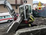 incidente sul lavoro a san siro tremezzina, operaio con escavatore travolto da pilone cancello