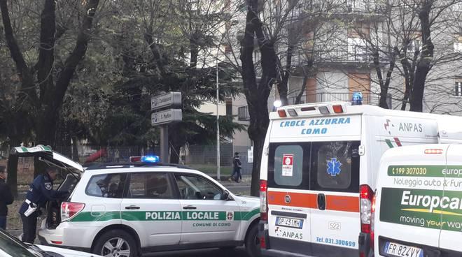 incidente via castelnuovo a como, traffico e soccorsi in zona polizia e ambuklanza