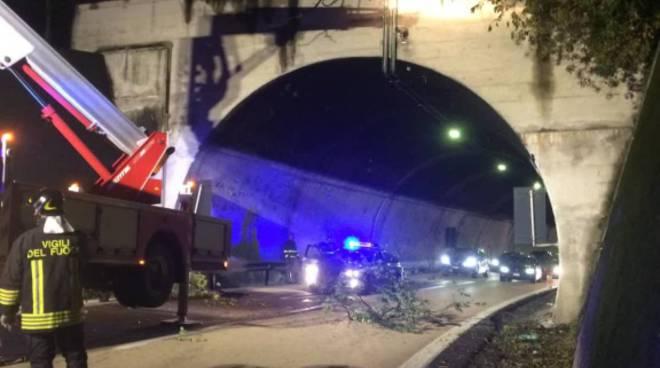 intervento pompieri su autolaghi per rimuovere rami pericolanti sopra strada