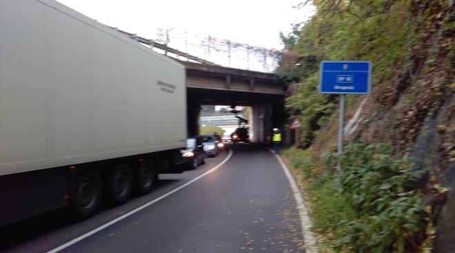 senso unico alternato via brogeda controllo ponte autostrada distacco calcinacci