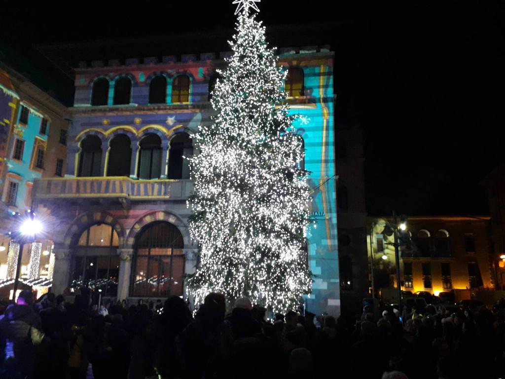 albero acceso piazza grimoldi como balocchi 2018, città balocchi