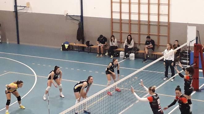 albesevolley vince contro Lurano, ragazze salutano a centrocampo