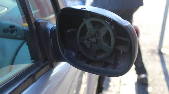auto con specchietto rotto urto con donna a trecallo