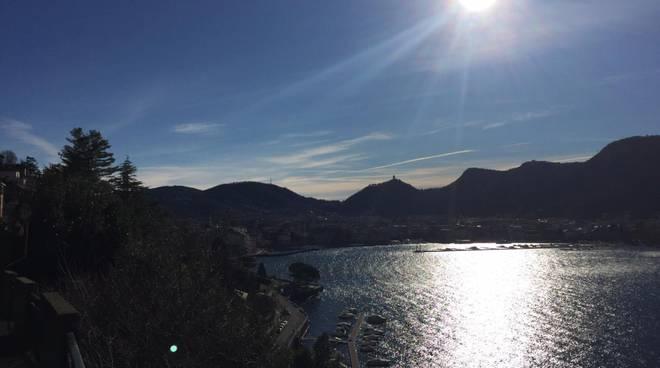 caldo anomalo e cielo sereno vigilia di natale a como onde nel lago