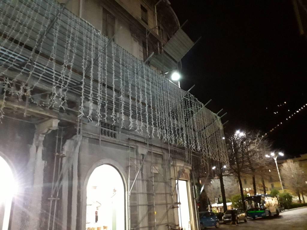 como città balocchi al buio per solidarietà vittime attentato in francia