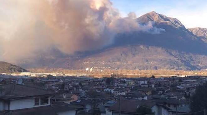 incendi nei boschi dell'alto lago vercana e sorico fumo incendio