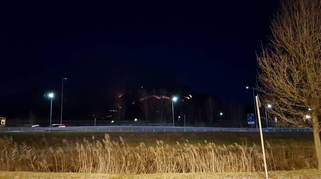 incendio alto lago di notte immagini fuoco e buio