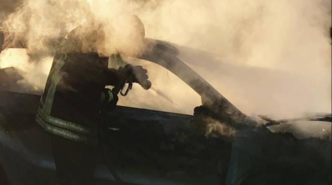 incendio auto a veniano nel pomeriggio vigili del fuoco