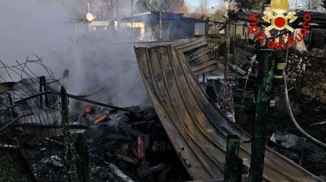 incendio campeggio di montorfano oggi pomeriggio: fumo e pompieri