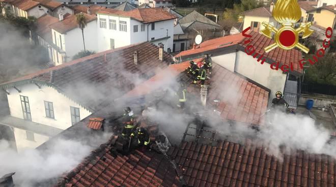 incendio di un tetto a gravedona palazzina sgomberata pompieri