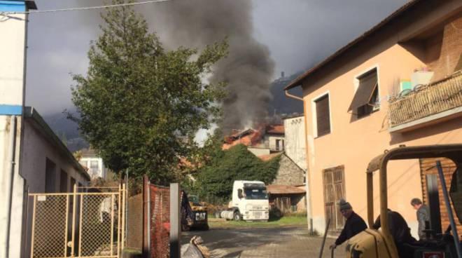 incendio tetto a gravedona, pompieri in azione fumo denso