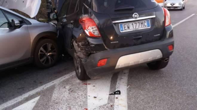 incidente tra auto ad arosio, una si ribalta in strada altre danneggiate