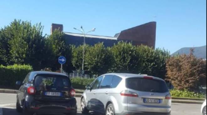 ponte chiasso i residenti lamentano per sosta abusiva di auto piazzale anna frank