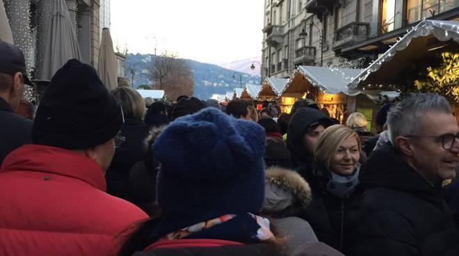 Santo Stefano con assalto a Como da parte dei turisti: folla e disagi