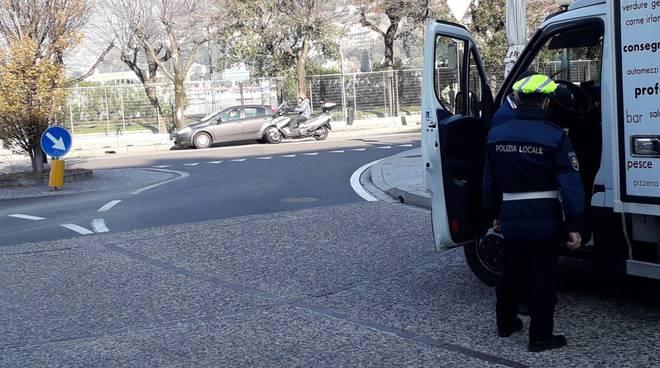 vigile elettronico al via a como controilli polizia locale uscita via cairoli