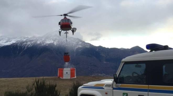 altri interventi elicotteri in alto lago sorico per incendi nei boschi
