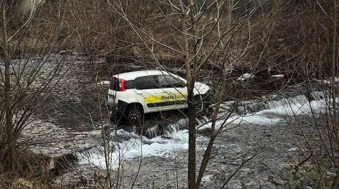 carlazzo foto notizia, auto postino finisce nel fiume