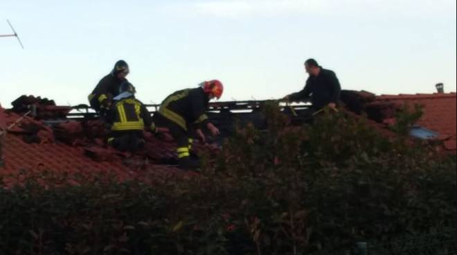 cavallasca incendio tetto e canna fumaria intervento pompieri casa via cavour