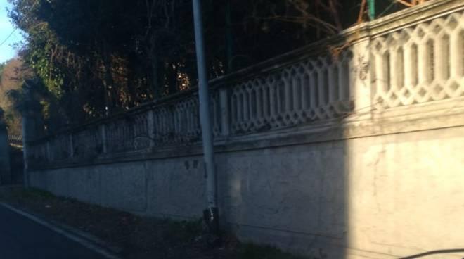cavallasca schianto contro muro casa e palo della luce auto rumeno