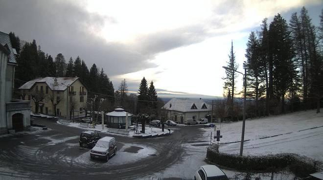 como e provincia risveglio con neve sui campi e sulle strade