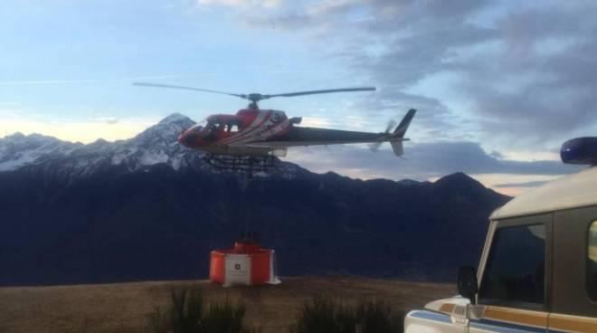 elicotteri per spegnere fuoco a sorico alto lago con volontari e pompieri