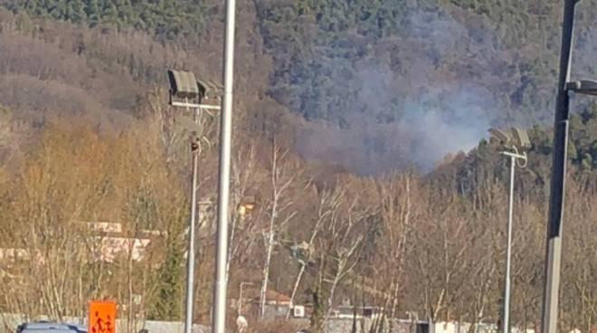 incendio a tavernerio valle del cosia con lancio acqua dall'elicottero