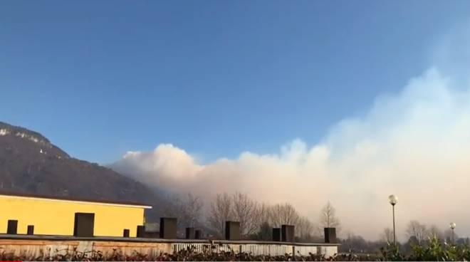 incendio in alto lago che riprende, colonna di fumo evidente a dongo