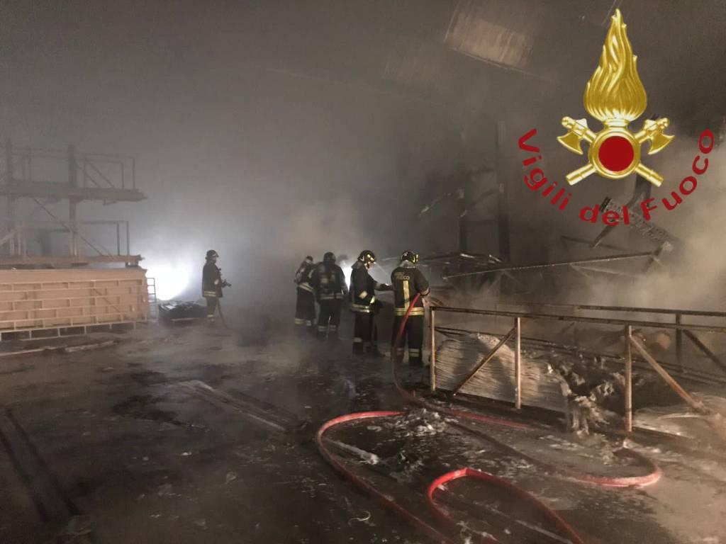 Incendio nella notte alla Legnoquattro di Novedrate: spavento