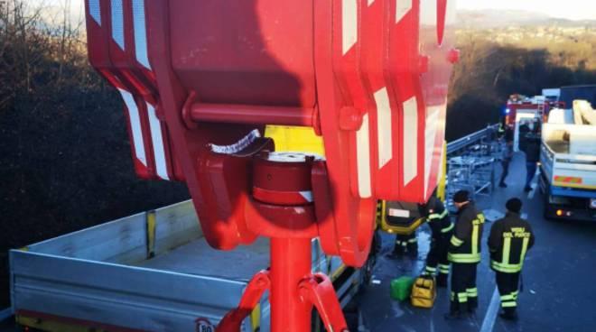 incidente arosio novedratese camion si ribalta in mezzo alla strada soccorsi pompieri