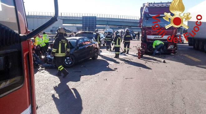 incidente autostrada a9, auto contro guard-rail dopo urto con camion soccorsi