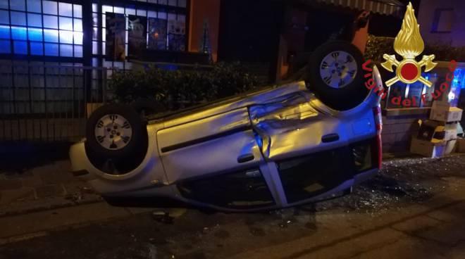 incidente grandate notte, auto si ribalta soccorso pompieri e 118