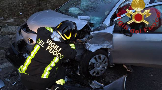 incidente montorfano schianto tra due auto, soccorsi pompieri e 118