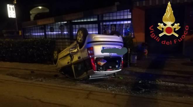 incidente notte a grandate auto ribaltata non visibile targa